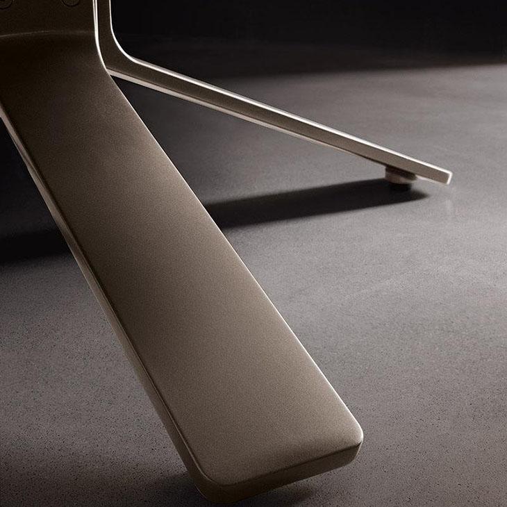 detail of minotti reeves armchair swivel base